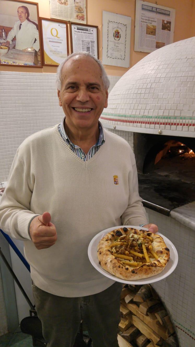 Il maestro  pizzaiolo Antonio Grasso con pizza alla Genovese